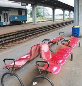 scaune peron - Gara de Vest Ploiesti
